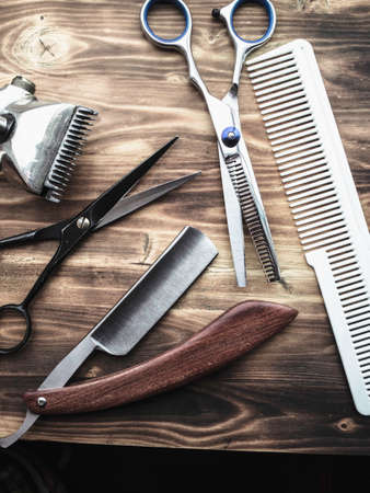 vintage and new barber shop tools on wood background. vertical 免版税图像