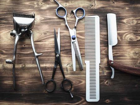 Herramientas de peluquero sobre fondo de madera.