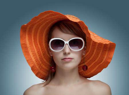beautiful girl in orange Hut und Sonnenbrille Standard-Bild