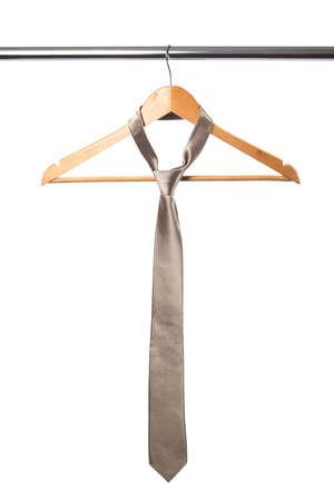 tie und Kleiderbügel isoliert auf weiß