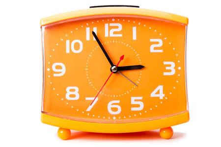 reloj despertador: Reloj de cuarzo baratos alarma aislado en el fondo blanco