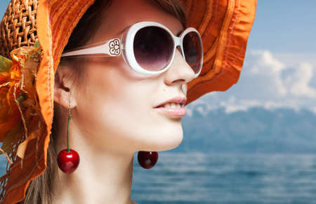 Beautiful girl in orange Hut und Sonnenbrille auf Meer Standard-Bild - 13378649