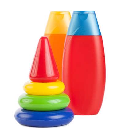 Kinder-Pyramide und Shampoo-Flaschen isoliert auf weiß Standard-Bild - 13378505