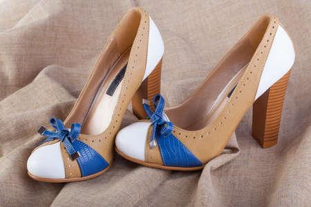 Sexy zapatos de tacón alto en la tela áspera Foto de archivo