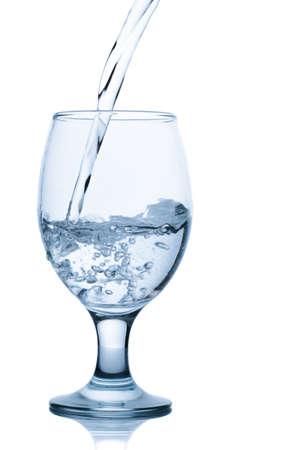 Gießen von Wasser in Glas isoliert auf weißem Hintergrund Standard-Bild - 15440590