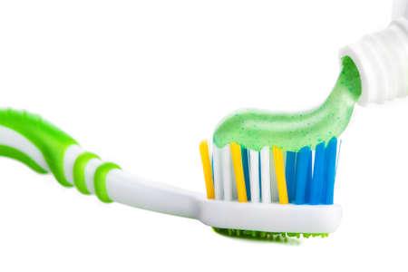 healthy teeth: Cepillo de dientes con pasta de dientes en el fondo blanco