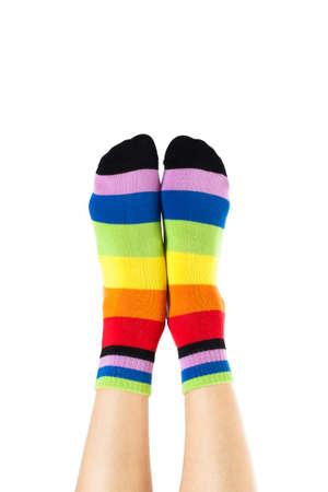 sexy füsse: weibliche Beine in bunten gestreiften Socken isoliert auf weiß