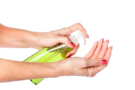 Weibliche Hände mit Händedesinfektionsmittel Gel Pumpspender auf weißem Hintergrund
