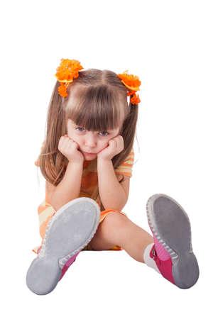 Portrait der unglücklichen Mädchen sitzen auf dem Boden. Isoliert auf weiß Standard-Bild - 26184191