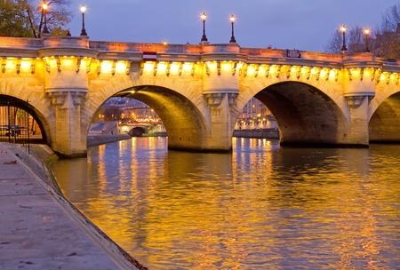 seine: De prachtige Pont Neuf (Neuf Bridge) van Parijs in de vroege ochtend