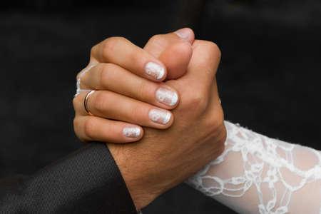 dominacion: Las manos de un novio y el novio de cerca. El concepto de conflicto de los opuestos