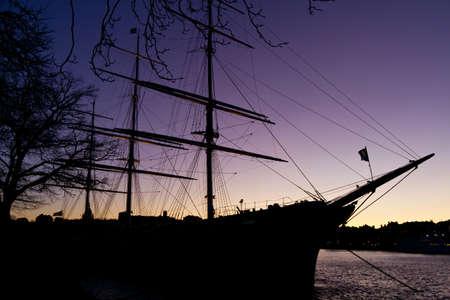 夜空の帆船のシルエット。