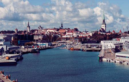 ヴィンテージは彩色、タリンの旧市街と海の港のスナップショットです。タリン sityscape 写真素材