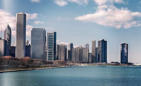 シカゴのスカイラインのシルエットの色のスナップショット。高層ビルとダウンタウンの街並み。晴天の昼間。イリノイ、米国。染めヴィンテージ 写真素材