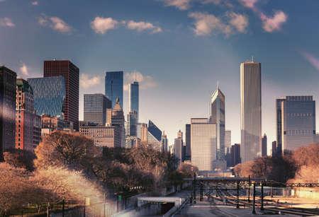 色ヴィンテージ彩色、シカゴのスカイラインのシルエットのスナップショットです。高層ビルや鉄道でダウンタウンの街並み。イリノイ、米国。