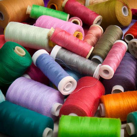 カラフルな糸のスプールの杭のスナップショット。概念的な背景を縫製しています。 写真素材