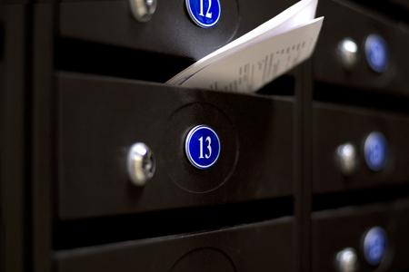 buzon: Buzones en un edificio de apartamentos. La carta en el buz�n