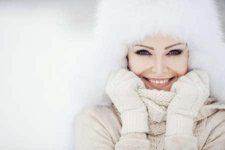 invierno: Hermoso retrato de invierno de la mujer joven en el paisaje cubierto de nieve de invierno Foto de archivo
