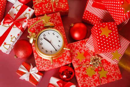 赤の目覚まし時計 - クリスマス大きな赤いギフト ボックスが直前のクリスマス ショッピング