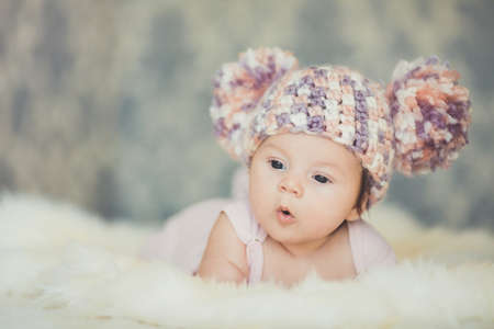 嬰兒: 可愛的微笑新生女嬰在於籃 版權商用圖片
