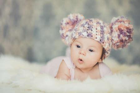 schattige glimlachende pasgeboren baby meisje ligt in de mand Stockfoto