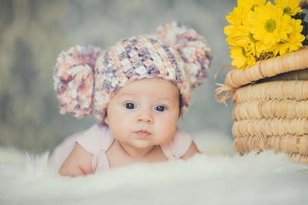 schattig glimlachende pasgeboren baby meisje ligt in de mand