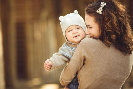 Porträt der jungen Mutter und ihre niedlichen Mädchen, das Spaß auf einem i n Herbst Landschaft Lizenzfreie Bilder