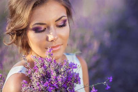Schöne Frau Entspannung in der Provence Lavendelfeld auf Sonnenuntergang beobachten Haltekorb mit Blumen lavanda Serie verführerischen Mädchen mit lila Lavendel blonde Dame in Blütenfeld Ukraine - Krim