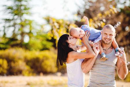 glückliche Familie Spaß im Freien