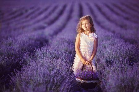 Lachend meisje bloemen plukken in lila lavendel veld