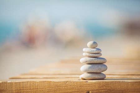 Zen-Steine ??jy Holz Bänkchen am Strand in der Nähe von Meer im Freien
