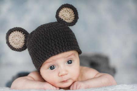 Porträt adorable Nettes neugeborenes Baby in Strickmütze