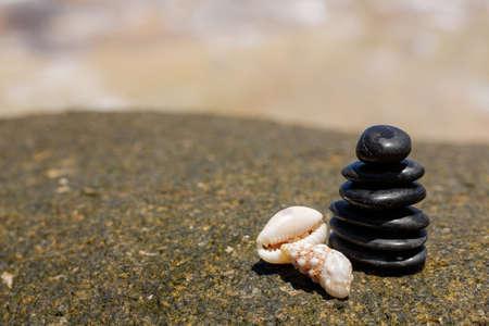 Zen pierres jy sur la plage de sable près de l'extérieur de la mer