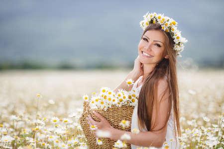 Schöne Frau genießen Daisy-Feld Lizenzfreie Bilder