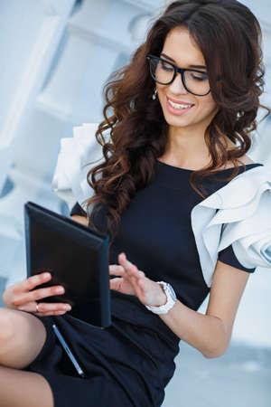 erfolgreiche frau: Erfolgreiche Frau, die digitale Tablette Gesch�ftsfrau mit Internet-Ger�t und l�chelnd Professionelle Erfolgskonzept Lizenzfreie Bilder