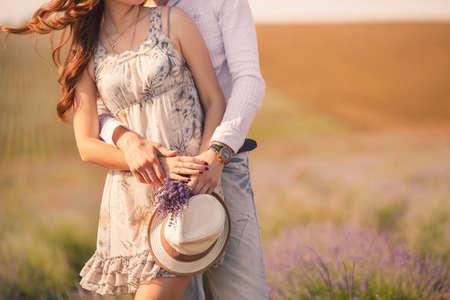 필드에 여름 포즈를 젊은 세련된 패션 부부의 사랑 야외 놀라운 관능적 인 야외 초상화에서 젊은 부부