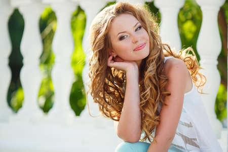 belle brunette: Belle jeune femme aux cheveux longs imaginais tourner la tête comme poutres d'humidité de capture et de la brume dans l'air