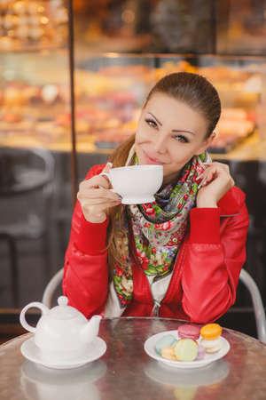 cabelo amarrado: Modelo da mulher com um copo da bebida quente. Caf