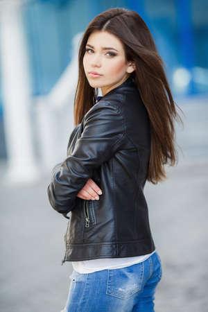 chaqueta: Hermosa al aire libre mujer joven de moda. glamoroso retrato de mujer hermosa joven en una chaqueta de cuero. Retrato de la muchacha hermosa. Mujer de moda hermosa que se coloca en la calle de la ciudad. Look Fashion
