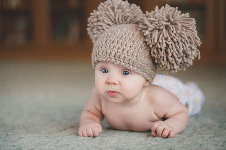 生まれたばかりの赤ちゃんがかわいい女の子。毛布の上に横になってかわいい 3 ヶ月の赤ちゃんの肖像画