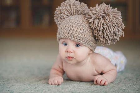 Schattige pasgeboren babymeisje. Portret van een leuke 3 maanden de baby liggend op een deken Stockfoto