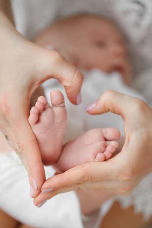 Pasgeboren baby voeten in moeder hands.Masseur masseren kleine baby's voet, ondiepe focus. Pasgeboren baby voeten in moeder hands.Mother maken van massage van de voet van kind Stockfoto