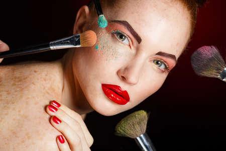 메이크업 브러쉬와 여자를합니다. 아름다운 얼굴. 화장. 완벽한 피부. 메이크업을 적용. 메이크업 메이크업 브러쉬와 블러셔와 여자, 여자 십 대