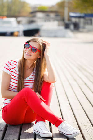 glamour girl: Outdoor fashion image of stylish young lady, fashionable.Lifestyle portrait of stunning hipster girl, vintage sunglasses, positive mood. Portrait Of Young Smiling Beautiful Woman