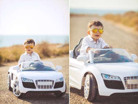 コラージュ、若いドライバーは、ブルネットの短い髪を持つ少年海と澄んだ空、新鮮な夏の空気で優雅なグッズ車ホワイト色で座っている山道でポ