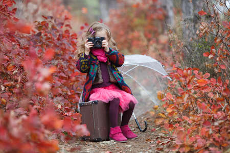 The girl is in the autumn suitcase. Standard-Bild