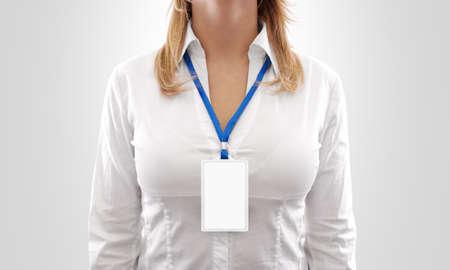 Vrouw dragen lege witte verticale badge mockup, staan geïsoleerd. Naamplaatje op de hals en borst. Persoon identiteit label. Vrouwen in overhemd uniform met lege ID-kaart mock-up. Bussinesswoman pas design.
