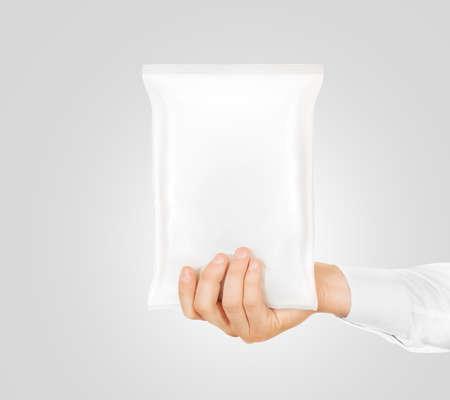 Lege witte snack zak mock-up te houden in de hand geïsoleerd. Helder wit chips inpakken mockup. Cookie, snoep, suiker, cracker, noten, supermarkt folie bevroren plastic container klaar voor logo-ontwerp presentatie.