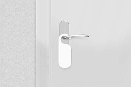 Deurknop met lege doorhanger mock up. Lege witte flyer mockup hangen aan deurklink. Folder ontwerp op ingang deurknop. Dont storen bordje. Do signaal niet storen.