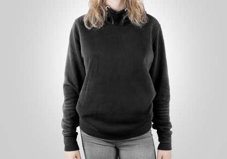 Lege zwarte sweatshirt mock-up geïsoleerd. Vrouw dragen donkere hoodie mockup. Plain hoody ontwerp presentatie. Clear grijze losse overall model. Trui voor print. Man kleding grijs sweatshirt template. Stockfoto